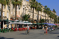 Europe/Croatie/Dalmatie/Split: Promenade sur le boulevard du port et le Palais de Doclétien