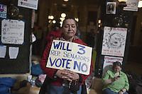 (((REPITE CON TÍTULO TRADUCIDO))) CJO05. MADISON (EEUU), 01/03/2011.- Una mujer sostiene un aviso hoy, martes 1 de marzo de 2011, en el que pide a los legisladores votar en contra de una medida impulsada por el gobernador de Wisconsin que impondría recortes a los trabajadores públicos, decenas de manifestantes continúan presionando en contra de la propuesta frente al capitolio de Madison (EEUU). EFE/CARLOS JAVIER ORTIZ
