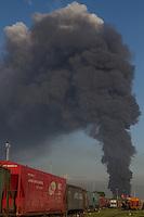 SANTOS - 02 DE ABRIL DE 2015 - INCÊNDIO ULTRACARGO - ALEMOA SANTOS/SP<br /> <br /> O incêndio que atingiu os tanques de combustíveis da empresa Ultracargo, situada na área portuária as margens da Rodovia Anchieta no bairro da Alemoa em Santos/SP continua intenso quase 24 horas depois de seu inicio. A previsão do corpo de bombeiros é de que ele possa durar até quatro dias.<br /> <br /> <br /> Foto: Flavio Hopp/Brazil Photo Press