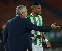 MEDELLÍN -COLOMBIA - 05-10-2016: Atlético Nacional e Independiente Santa Fe durante partido por la fecha la semifinal ida de la Copa Águila 2016 jugado en el estadio Atanasio Girardot de la ciudad de Medellín./ Atletico Nacional and Independiente Santa Fe during match for semifinal first leg match of the Aguila Cup 2016 played at Atanasio Girardot stadium in Medellin city. Photo: VizzorImage/León Monsalve/STR