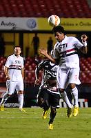 ATENÇÃO EDITOR: FOTO EMBARGADA PARA VEÍCULOS INTERNACIONAIS - SÃO PAULO, SP, 26 DE FEVEREIRO DE 2013 - CAMPEONATO PAULISTA - SÃO PAULO x PONTE PRETA: Cortez (d) e durante partida São Paulo x Ponte Preta, válida pela 6ª rodada do Campeonato Paulista de 2013, disputada no estádio do Morumbi em São Paulo. FOTO: LEVI BIANCO - BRAZIL PHOTO PRESS.