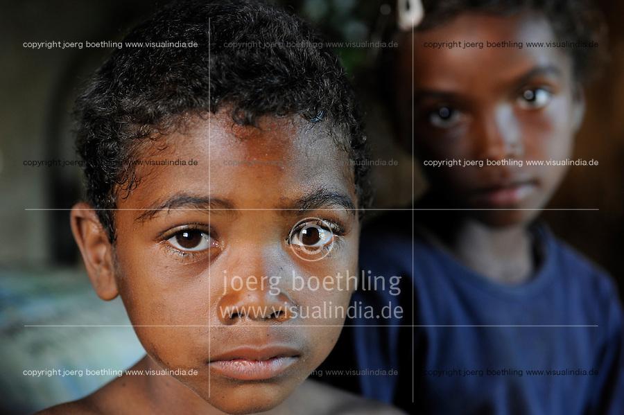 """MADAGASCAR Antananarivo, catholic priest Per Pedro Opeka has build Akamasoa a social community project with housing schemes, health units and schools for the poorest of Tana, children of Séraphine Rafarasoa / MADAGASKAR Pater Pedro Opeka hat die Gemeinde Akamasoa , auf madagassisch """"gute Freunde"""" , mit Muellsammlern, Bettlern und Sozialschwachen auf einem Huegel bei Antananarivo erbaut, Teil des Projektes sind Hausbau, Schulen, Krankenhaeuser und Beschaeftigung, Kinder von Frau Séraphine Rafarasoa"""