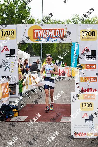 2013-05-12 / Triathlon/ Geel/ Winnaar Pieter Heemeryck komt over de aankomst....Foto: Mpics.be