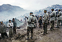 Irak1991<br /> Les r&eacute;fugi&eacute;s kurdes sur la fronti&egrave;re, sous le controle de l'arm&eacute;e turque<br /> Iraq 19991<br /> Kurdish refugees on the border under turkish soldiers' control
