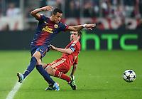 FUSSBALL  CHAMPIONS LEAGUE  HALBFINALE  HINSPIEL  2012/2013      FC Bayern Muenchen - FC Barcelona      23.04.2013 Philipp Lahm (re, FC Bayern Muenchen) gegen Alexis Sanchez (li, Barca)