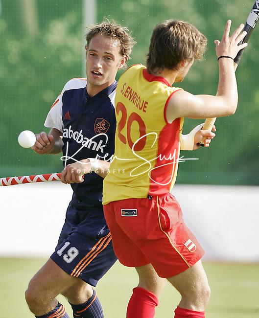 NLD-20050901-Leipzig-EK HOCKEY : Nederland-Spanje 2-1. Matthijs Brouwer (l) in duel met de Spanjaard Sergi Enrique. Matthijs Brouwer zorgde voor 1-0.