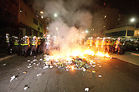 S&Atilde;O PAULO, SP, 15.05.2014 - BADERNA&Ccedil;O CONTRA A COPA DO MUNDO - Manifestantes p&otilde;e fogo em lixo na Rua da Consola&ccedil;&atilde;o.<br />Mais uma manifesta&ccedil;&atilde;o na cidade de S&atilde;o Paulo nesta quinta-feira(15) denominada Baderna&ccedil;o Contra a Copa, protesto este contra os gastos excessivos da Copa do Mundo. - (Foto: Aloisio Mauricio / Brazil Photo Press)