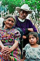 SAN MARTIN JILOTEPEQUE / CHIMALTENANGO/ GUATEMALA - 2004.ESUMAZIONE DI CORPI DA UN CIMITERO CLANDESTINO. I PARENTI DELLE VITTIME PREGANO TRA L'INCENSO NEI PRESSI DELLA FOSSA COMUNE..FOTO LIVIO SENIGALLIESI
