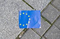 """#EuropaDemo von """"Pulse of Europe"""" am Sonntag den 5. Mai 2019 auf dem Berliner Gendarmenmarkt.<br /> Als Redenerin war u.a. Annegret Kramp-Karrenbauer, Bundesvorsitzende der CDU eingeladen.<br /> Im Bild: Ein zerrissenes Europa-Faehnchen.<br /> 5.5.2019, Berlin<br /> Copyright: Christian-Ditsch.de<br /> [Inhaltsveraendernde Manipulation des Fotos nur nach ausdruecklicher Genehmigung des Fotografen. Vereinbarungen ueber Abtretung von Persoenlichkeitsrechten/Model Release der abgebildeten Person/Personen liegen nicht vor. NO MODEL RELEASE! Nur fuer Redaktionelle Zwecke. Don't publish without copyright Christian-Ditsch.de, Veroeffentlichung nur mit Fotografennennung, sowie gegen Honorar, MwSt. und Beleg. Konto: I N G - D i B a, IBAN DE58500105175400192269, BIC INGDDEFFXXX, Kontakt: post@christian-ditsch.de<br /> Bei der Bearbeitung der Dateiinformationen darf die Urheberkennzeichnung in den EXIF- und  IPTC-Daten nicht entfernt werden, diese sind in digitalen Medien nach §95c UrhG rechtlich geschuetzt. Der Urhebervermerk wird gemaess §13 UrhG verlangt.]"""
