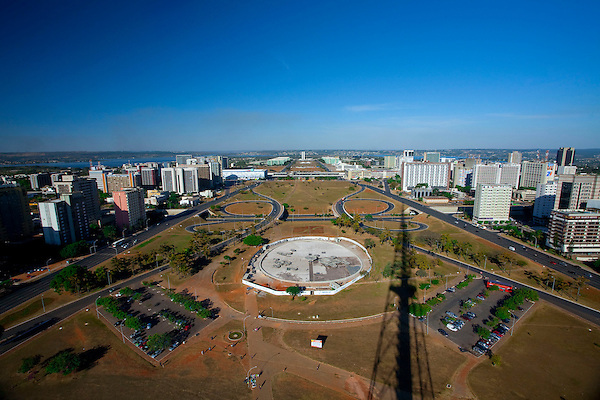Brasilia_DF, Brasil..O Eixo Monumental eh uma area aberta no centro de Brasilia onde situa-se a Esplanada dos Ministerios. O gramado retangular da area eh cercado por duas amplas pistas, que formam a principal avenida da cidade... The Monumental Axis (Eixo Monumental in Portuguese) is a central avenue in Brasilias city design. The rectangular lawn area is surrounded by two eight-lane wide avenues where many important government buildings, monuments and memorials are located.....Foto: JOAO MARCOS ROSA / NITRO