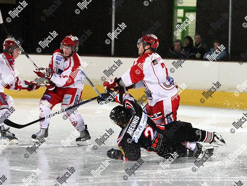 2010-03-20 / ijshockey / seizoen 2009-2010 / Herentals - Leuven / Torremans (Herentals) in duel met Megnis..Foto: Mpics