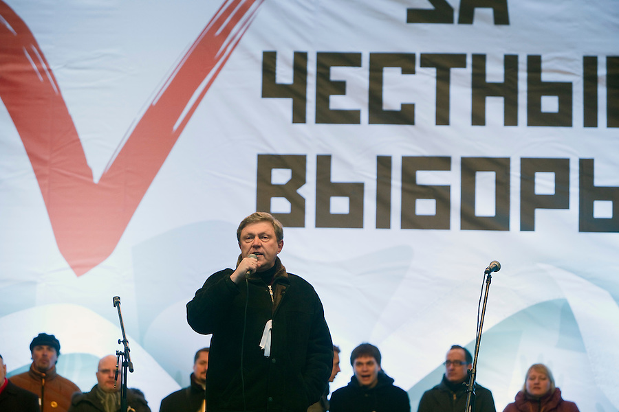 """Moscow, Russia, 24/12/2011..Opposition politician Grigory Yavlinsky speaks to an estimated crowd of up to 100,000 gathered to protest against election fraud and Prime Minister Vladimir Putin in the largest anti-government demonstration in Russia since the collapse of the Soviet Union. The banner behind reads """"For Honest Elections""""."""