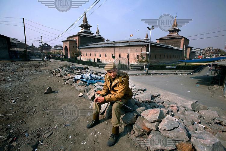 Jamia Mashid mosque where paramilitary police imposed a curfew to stop separists gather for a political demonstration in Srinagar, Kashmir, India. © Fredrik Naumann/Felix Features