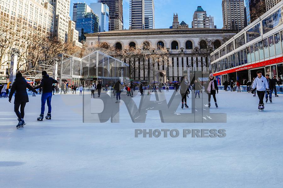 NOVA YORK, USA, 11.01.2019 - CLIMA-EUA - Publico é visto patinando no ice rink Bryant Park na ilha de Manhattan em Nova York onde a temperatura teve maxima de -1 e minina de -6 nesta sexta-feira, 11. (Foto: Vanessa Carvalho/Brazil Photo Press/Folhapress)