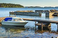 Motorbåt vid brygga på Dalarö i Stockholms skärgård.