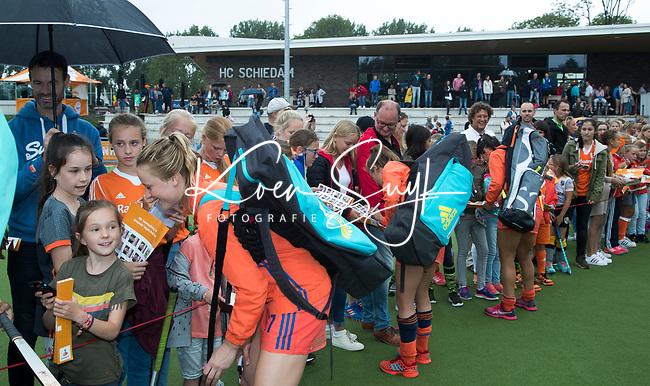 SCHIEDAM - Oranjespeelsters delen handtekeningen uit  na de oefenwedstrijd tussen  de dames van Nederland en Belgie  (0-1), in aanloop naar het  EK Hockey, eind augustus in Amstelveen.  links Ireen van den Assem (Ned) COPYRIGHT  KOEN SUYK