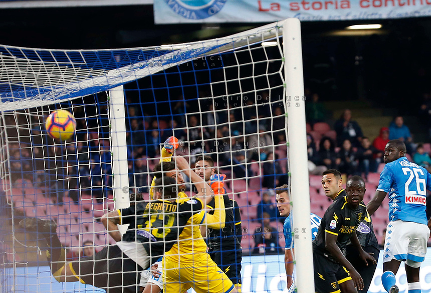 Arkadiusz Milik of Napoli  head fo9r scores during the  italian serie a soccer match,  SSC Napoli - Frosinone       at  the San  Paolo   stadium in Naples  Italy , December 08, 2018
