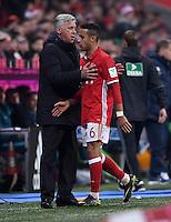 Fussball  1. Bundesliga  Saison 2016/2017  14. Spieltag  FC Bayern Muenchen - VfL Wolfsburg    10.12.2016 Wechsel: Trainer Carlo Ancelotti (li) und Thiago Alcantara (re, beide FC Bayern Muenchen)