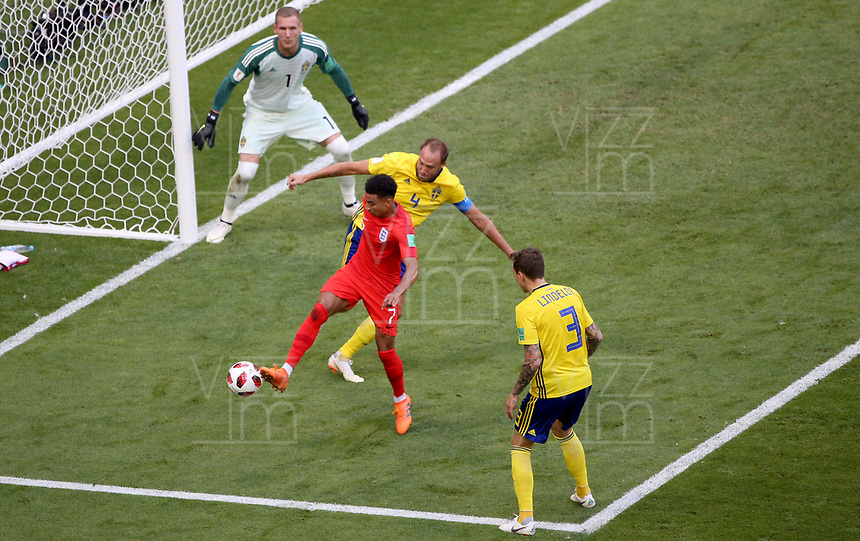 SAMARA - RUSIA, 07-07-2018: Andreas GRANQVIST (C) (Der) jugador de Suecia disputa el balón con Jesse LINGARD (Izq) jugador de Inglaterra durante partido de cuartos de final por la Copa Mundial de la FIFA Rusia 2018 jugado en el estadio Samara Arena en Samara, Rusia. / Andreas GRANQVIST (C) (R) player of Sweden fights the ball with Jesse LINGARD (L) player of England during match of quarter final for the FIFA World Cup Russia 2018 played at Samara Arena stadium in Samara, Russia. Photo: VizzorImage / Julian Medina / Cont