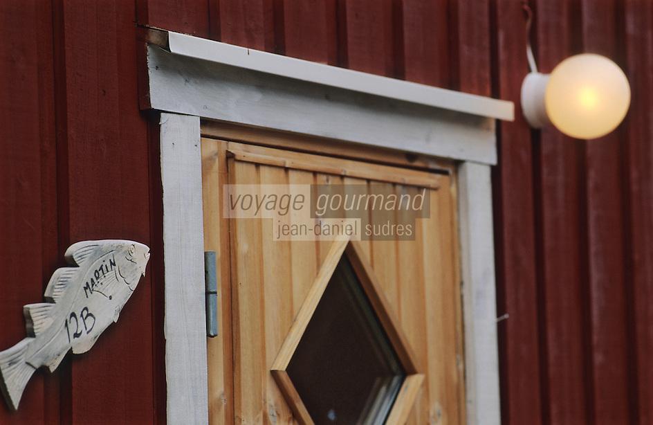 Europe/Norvège/Iles Lofoten/Ballstad: détail d'un cabanon de pécheur avec un skréi cabillaud en decoration