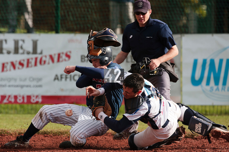 16 October 2010: Kenji Hagiwara of Rouen runs into Jerome Dussart of Savigny en route to score during Rouen 16-4 win over Savigny, during game 1 of the French championship finals, in Savigny sur Orge, France.