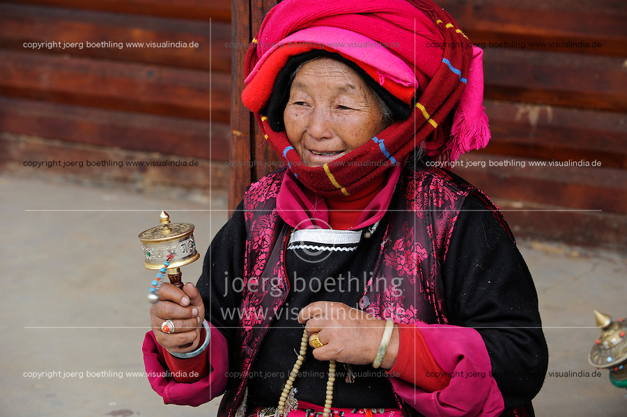 CHINA Yunnan Lugu Lake , ethnic minority Mosuo who are buddhist and women have a matriarch / CHINA Provinz Yunnan , ethnische Minderheit Mosuo am Lugu See , die Mosuo sind Buddhisten und Mosuo Frauen ueben ein Matriarchat aus