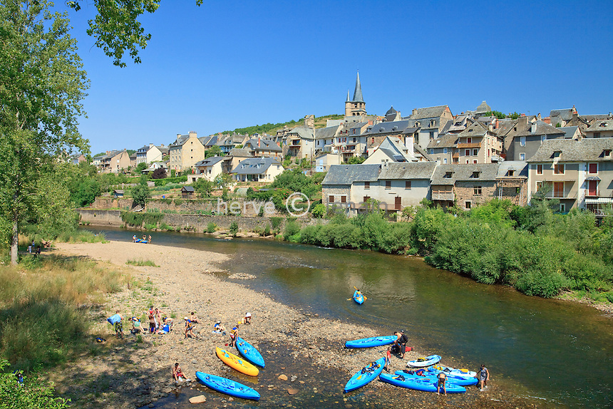 France, Aveyron (12), vallée du Lot, Saint-Côme-d'Olt, étape sur le chemin Saint-Jacques-de-Compostelle, labellisé PLus Beaux Villages de France, canoë-kayak sur le Lot // France, Aveyron, the Lot valley, Saint-Côme-d'Olt, labelled Les Plus Beaux Villages de France (The most beautiful villages of France),  on el Camino de Santiago, the village and the Lot (river), canoeing