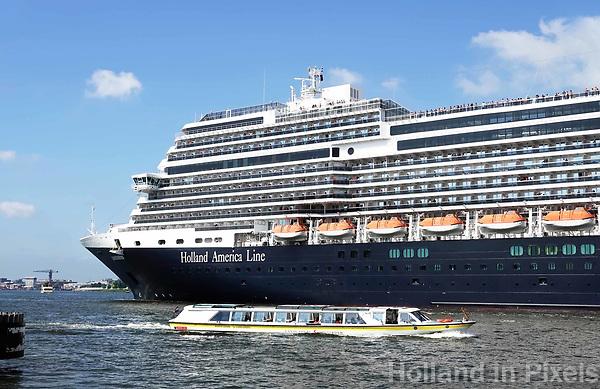 Nederland  Amsterdam - 2018.  Cruiseschip in het IJ. Holland America Line. De Koningsdam.   Foto Berlinda van Dam / Hollandse Hoogte.