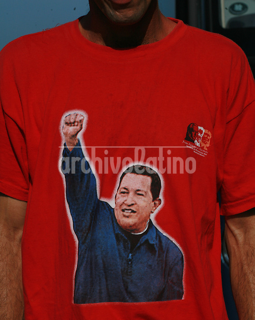 Jovenes cubanos con camisetas mostrando la cara del presidente de Venezuela Hugo Chavez, a su regreso a Cuba luego de participar en un programa para aprender tecnologias de petroleo en Venezuela.*Young Cubans of a Social Workers Brigade take a bus from Havana to their hometown in Cienfuegos shortly after arriving from Venezuela, Monday, September 18, 2006. They stayed for on month in Venezuela invited by a program created by President Hugo Chavez to show and teach Cubans his technology for oil extraction and processing. The program aims to create a labor force able to run the Cienfuegos oil refinery, which is beeing refurbished by Venezuelan state owned company PDVSA...