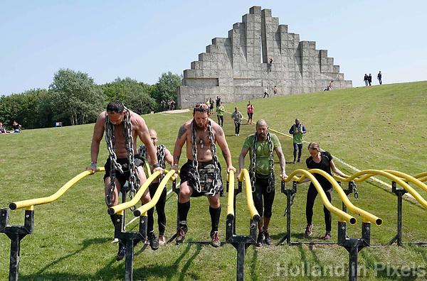 Nederland - Spaarnwoude  -  mei 2018. De Strong Viking Hills Edition. Obstacle Run met zware metalen ketting om de nek. Op de achtergrond staat één van de klimmuren in Spaarnwoude.   Foto mag niet in negatieve / schadelijke context gefotografeerd worden.    Foto Berlinda van Dam / Hollandse Hoogte.