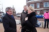 HARLINGEN, 4 februari 2011 - Onder grote belangstelling van nieuwsmedia en publiek sloot de Havendienst van Harlingen vrijdagmiddag 4 februari 2011 in opdracht van Wetterskip Fryslân de roldeur in de nieuwe keermuur tussen de Willemskade en het centrum van Harlingen. Aanleiding was de zuidwesterstorm waardoor een hoge waterstand werd verwacht. Dit was de eerste keer dat de keermuur na de oplevering in 2010 werd gesloten. Daarom waren zowel Harry Boon (dagelijks bestuurslid van Wetterskip Fryslan) en burgemeester Paul Scheffer van Harlingen bij deze gebeurtenis aanwezig.