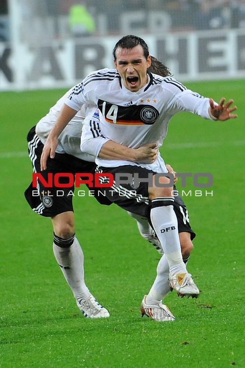 Fu&szlig;ball, L&auml;nderspiel, WM 2010 Qualifikation Gruppe 4 in M&ouml;nchengladbach ( Borussia Park ) <br />  Deutschland (GER) vs. Wales ( GB )<br /> <br /> 1:0 durch Piotr Trochowski ( Ger / Hamburger SV #14 Jubel mit Bastian Schweinsteiger ( Ger /  Bayern Muenchen #7)<br /> <br /> Foto &copy; nph (  nordphoto  )<br />  *** Local Caption ***