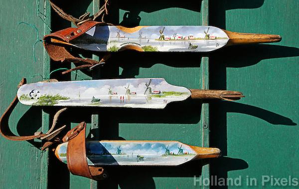 Zaanse Schans -  Houten schaatsen te koop met geschilderde afbeeldingen van Zaanse Schans