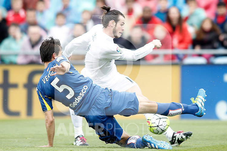 Getafe's Santiago Vergini (d) and Real Madrid's Gareth Bale during La Liga match. April 16,2016. (ALTERPHOTOS/Acero)