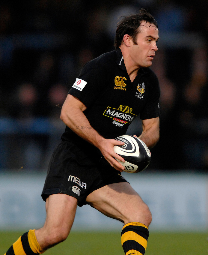 Photo: Richard Lane..London Wasps v Bath Rugby. Guinness Premiership. 12/11/2006. .Wasps' Fraser Waters attacks.