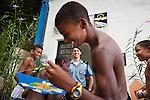 Le lieutenant Coque, sous-commandant de l'UPP de Babilonia / Chapeu Mangueira, offre des cerfs-volants à des enfants devant le siège de la police pacificatrice, en haut de la communauté.