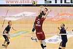 2015-10-28 / Volleybal / seizoen 2015-2016 / Antwerpen - Amigos / Jonas Colson (Amigos) neemt het op tegen het blok van Georg Klein<br /><br />Foto: Mpics.be