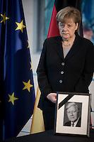 Bundeskanzlerin Angela Merkel (CDU) steht am Mittwoch (11.11.15) in Berlin im Bundeskanzleramt hinter einem Foto von Bundeskanzler Helmut Schmidt (SPD) ein.<br /> Foto: Axel Schmidt/CommonLens
