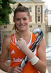 DEN HAAG - Lidewij Welten met een gebroken hand. Teamfoto . Het Nederlands dames hockeyteam poseerde  voor de officiele teamfoto, naar aanloop van het WK , bij de Hofvijver en het Binnenhof. . FOTO KOEN SUYK