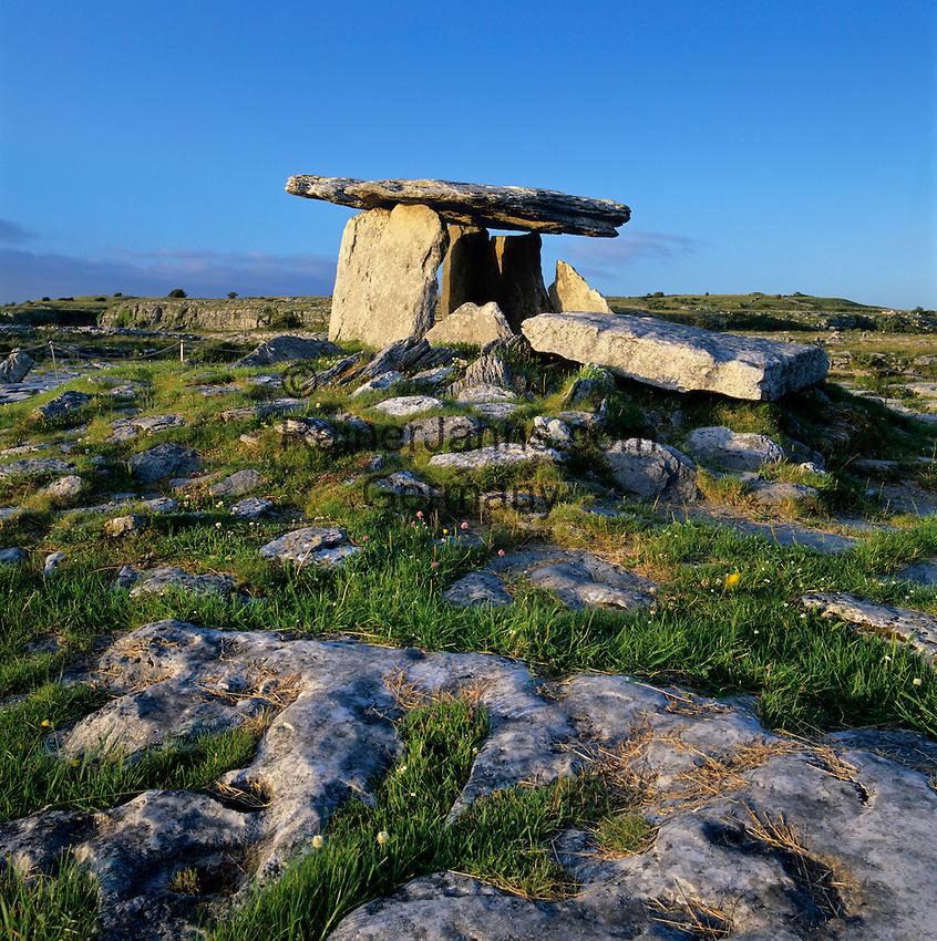 Ireland, County Clare, The Burren: Poulnabrone Dolmen - Five thousand year old tomb | Irland, Conty Clare, The Burren, einzigartige Karstlandschaft: Poulnabrone Dolmen - 5000 Jahre altes Keilgrab