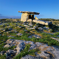 Ireland, County Clare, The Burren: Poulnabrone Dolmen - Five thousand year old tomb | Irland, Conty Clare, The Burren, einzigartige Karstlandschaft: Poulnabrone Dolmen - 5000 Jahre altes Keilgrab