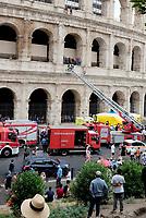 Un uomo è salito sul primo anello del Colosseo  e ha minacciato di buttarsi dall'antico monumento romano. la protesta è stata avviata oggi dopo l'effettiva entrata in vigore del nuovo regolamento della polizia urbana che vieta l'attività dei bagarini per strada, i promotori dei tour turistici salta-fila.