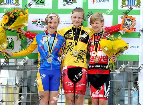 2011-07-21 / Wielrennen / seizoen 2011 / Vlaams kampioenschap tijdrijden / Aspiranten meisjes 12 jaar / Het podium met Chloë Goosenaerts (L, 2e), Lotte Rotman (winnaar) en Lynn De Waele (r, 3e)..Foto: mpics