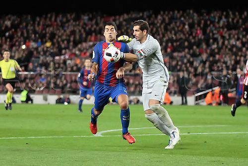 11.01.2017, Nou Camp, Barcelona, Spain. Copa del Rey, 2nd leg. FC. Barcelona versus Athletico Bilbao. Goalkeeper Iraizoz (bil) challenged by Suarez for the loose ball in the box