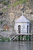 Kapelle in Tiflis am Ufer des Kura-Flusses. / Small chapel in Tbilisi.