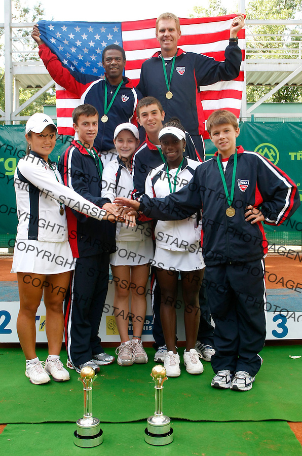 Tennis, world championship, U-14.Vining ceremony.Tennis, world championship, U-14.Vining ceremony.USA teams, girs and boys, celebrate after vining first place in both competitions. From left, Grace Min, Tyler Gardiner, Kyle McPhillips, Alexis Halebian, Sachia Vickery and Christian Harrison. Behins is head coach from both teams, Jean desdunes, left and Kent Kinnear.Prostejov, 08.09.2008..Photo: Srdjan Stevanovic..Prostejov, 08.09.2008..Photo: Srdjan Stevanovic.