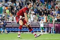 POZNAN, POLONIA, 18 JUNHO 2012 - EURO 2012 - ITALIA X IRLANDA - O goleiro Gianluigi Buffon comemora classificação da Italia para as quartas de finais da Euro 2012, apos vencer a Irlanda na ultima rodada do Grupo C em Poznan na Polonia , nesta segunda-feira , 18. (FOTO: PIXATHLON / BRAZIL PHOTO PRESS).