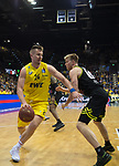 13.04.2019, EWE Arena, Oldenburg, GER, easy Credit-BBL, EWE Baskets Oldenburg vs medi Bayreuth, im Bild<br /> und zack am Gegner vorbei<br /> Rashid MAHALBASIC (EWE Baskets Oldenburg #24 ) Eric MIKA (medi Bayreuth #0 )<br /> Foto © nordphoto / Rojahn