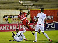 TUNJA - COLOMBIA -04-11-2016: Edis Ibargüen (Izq.) jugador de Patriotas FC, disputa el balón con Jose Moreno (Der.) jugador de Once Caldas, durante partido entre Patriotas FC y Once Caldas, por la fecha 19 de la Liga de Aguila II 2016 en el estadio La Independencia en la ciudad de Tunja. / Edis Ibargüen (L) player of Patriotas FC, figths the ball with Jose Moreno (R) player of Once Caldas, during a match between Patriotas FC and Once Caldas, for date 19 of the Liga de Aguila II 2016 at La Independencia stadium in Tunja city. Photo: VizzorImage  /  Cesar Melgarejo / Cont.