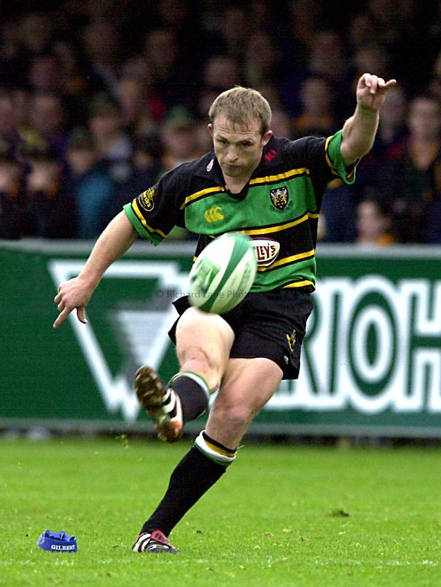 Photo. Richard Lane. .Northampton v Leinster. Heineken Cup. 21/10/2000..Matt Dawson puts over a penalty.